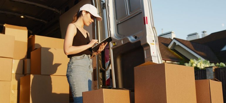 Professional movers to help you pack before moving to Arlington.